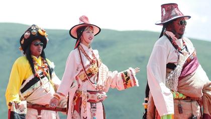 四川色達上演藏族服飾秀